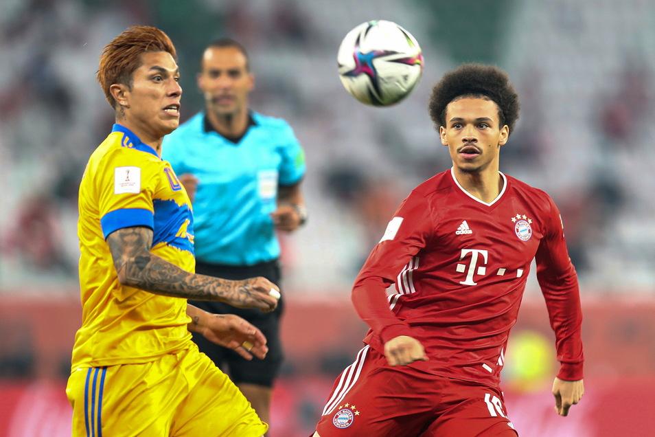 Bayern Münchens Leroy Sane (r) und Tigres Carlos Salcedo kämpfen um den Ball.