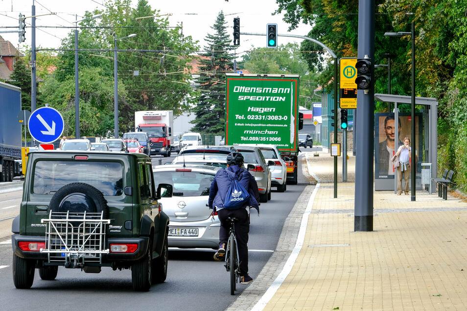Auf Höhe der Haltestellen gibt es auf der Meißner Straße für Radfahrer keinen Schutzstreifen. Eigentlich müssten die Autos dahinter bleiben, doch an den Mindestabstand halten sich die wenigsten.