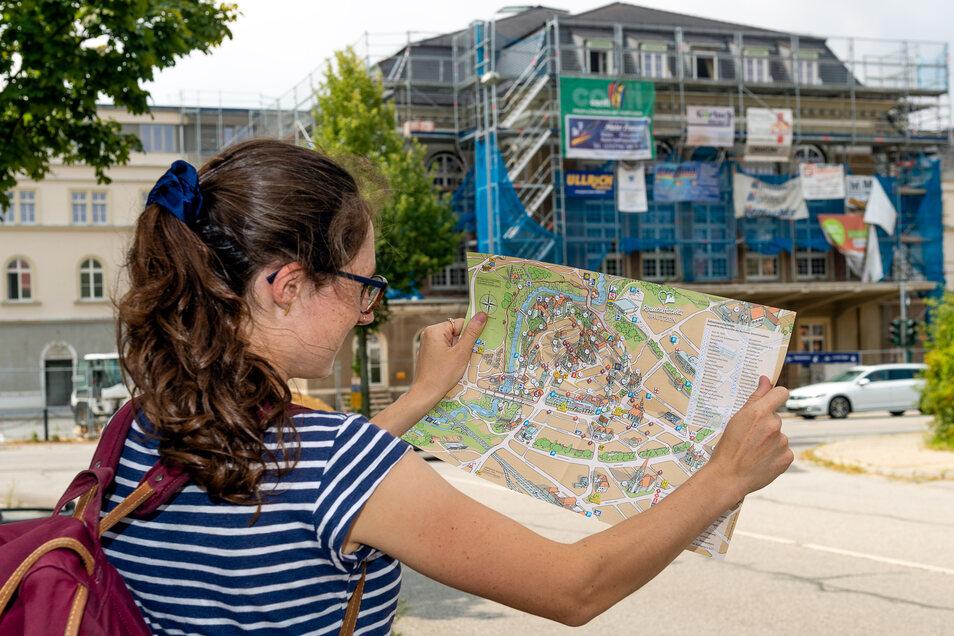 Touristen, die in Bautzen am Bahnhof ankommen, müssen auf einen Stadtplan gucken – an Wegweisern zu den einzelnen Sehenswürdigkeiten mangelt es.