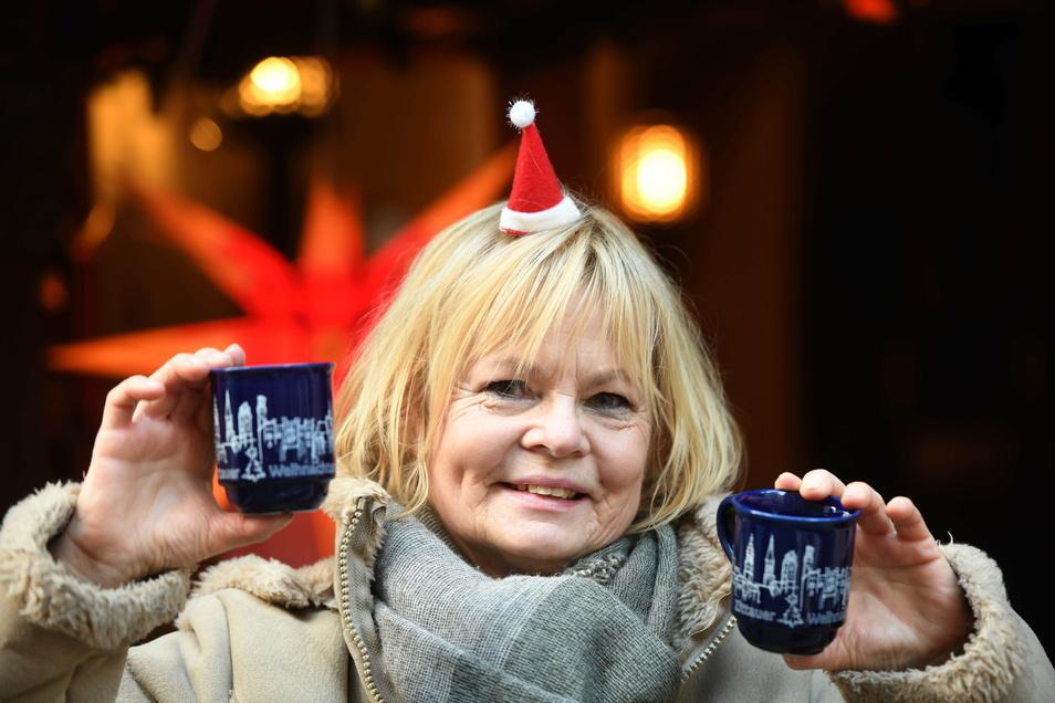Beim langen Einkaufssonnabend in Zittau gab es bei Gabriele Lode vor dem Weinrestaurant Weinkehr heißen Punsch ohne Alkohol in der neuen Weihnachtsmarkt-Tasse.