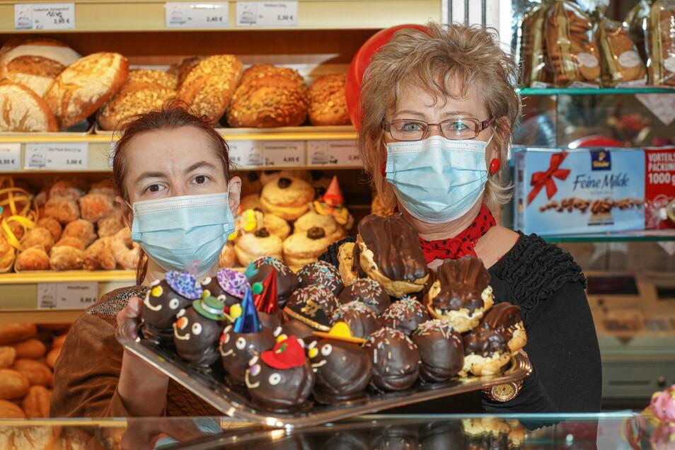 Ein lustiges Fashingshütchen tragen diese Leckereien, die Susann Pötschke (links) und Manuela Huth im Café Marx am Bautzener Postplatz zeigen.