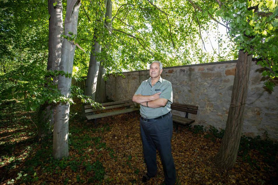 Jugendliche haben die Bänke im Schlosspark Graupa umgestellt. Nicht nur darüber ärgert sich Ortsvorsteher Gernot Heerde.