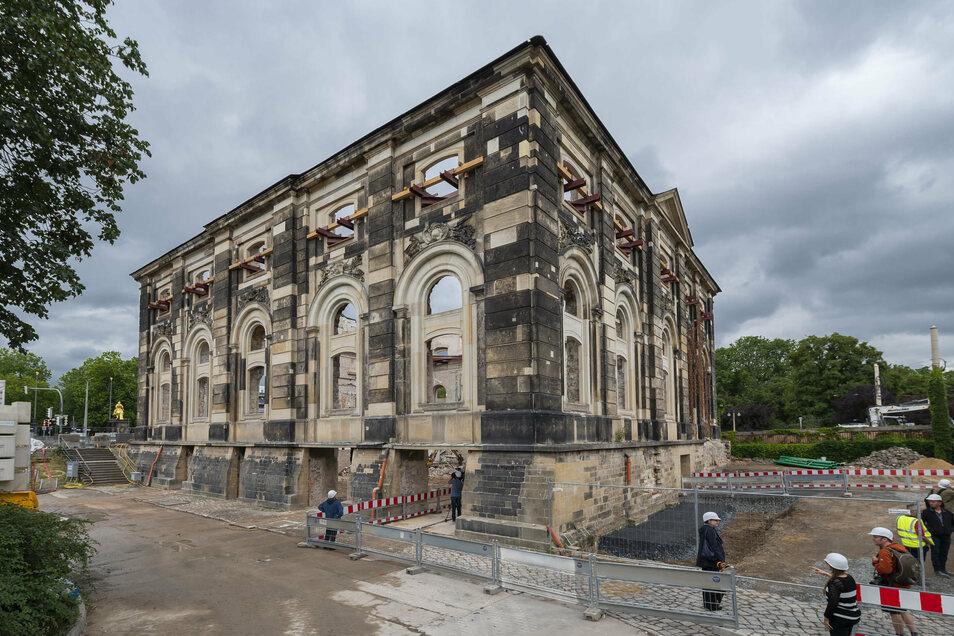 Hätten Sie es erkannt? Das Dresdner Blockhaus ist völlig entkernt. Einzig eine historische Innenwand von 1732 (l.) und die barocken Außenwände stehen noch.