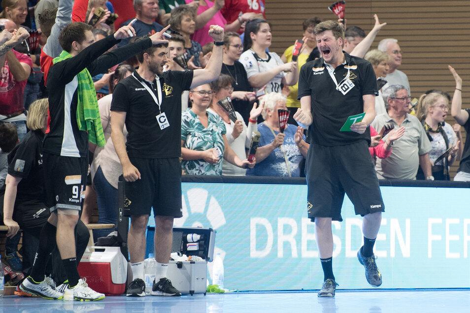 Dresdens Trainer Rico Göde (rechts) hat Grund zur Freude.
