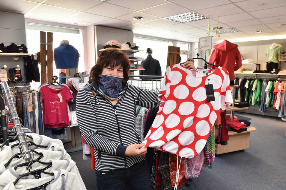 """Kerstin Springsklee trägt den Mundschutz in ihrem Wilsdruffer Laden gern – """"wenn es nützt"""", wie sie sagt."""