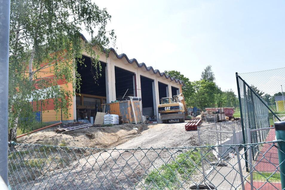 An der einstigen Schulturnhalle in Bannewitz wird umgebaut. Hier wird Platz für Mensa und neue Klassenzimmer.