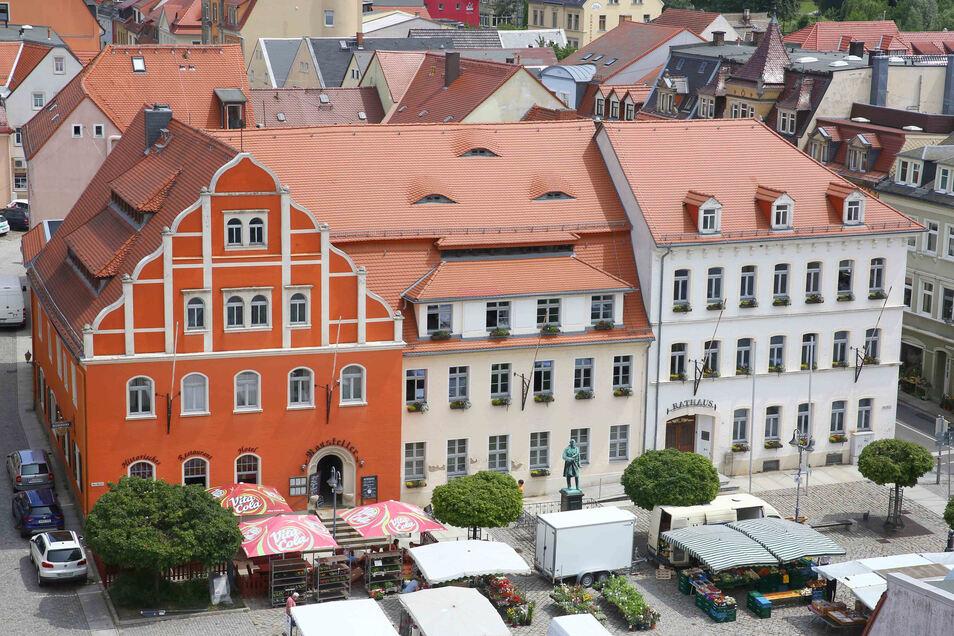 Das Pulsnitzer Rathaus (die beiden hellen Gebäude im Zentrum) soll saniert und umgebaut werden. Jetzt gibt es einen Vorentwurf mit ersten Details zu den Veränderungen.