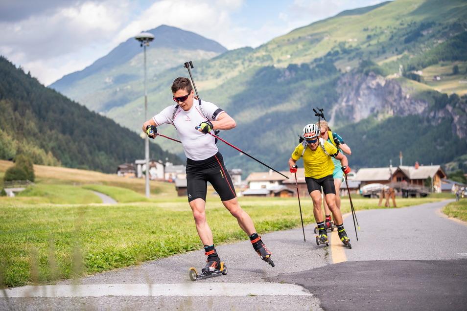 Auf Skirollern trainiert Justus Strelow (l.) vor dem beeindruckenden Panaroma von Bormio beim Lehrgang der deutschen Biathleten.