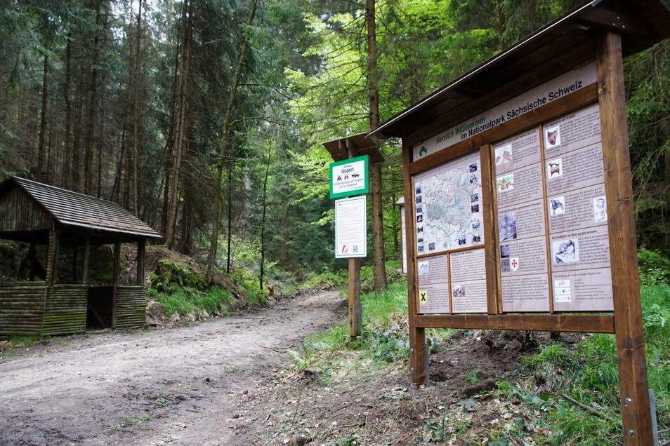 In einer Gemeinschaftsarbeit entstand diese Tafel am Arnstein im Sebnitzer Ortsteil Ottendorf. Sie erinnert an das alte Raubschloss.