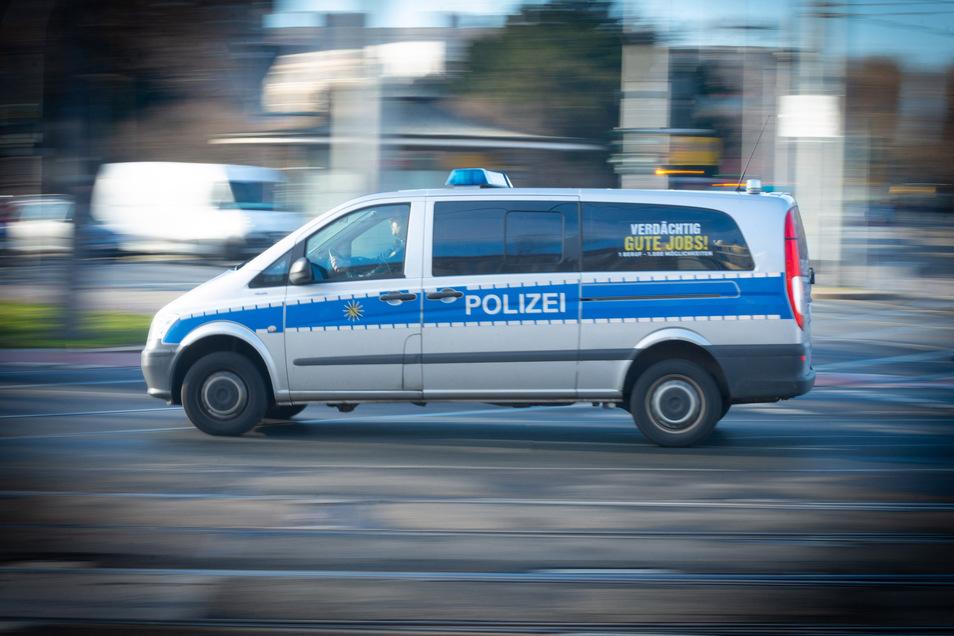 Wie die Polizei berichtet, haben sich fünf Männer in einer Dresdner Straßenbahn aggressiv verhalten und verfassungswidrige Sprüche gerufen.