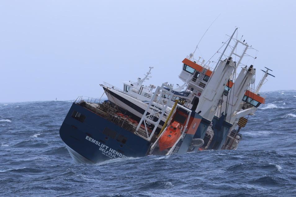 Das niederländische Frachtschiff Eemslift Hendrika treibt am 5. April ohne Besatzung vor Norwegen. Das Schiff hat rund 350 Tonnen Schweröl und 50 Tonnen Diesel an Bord.