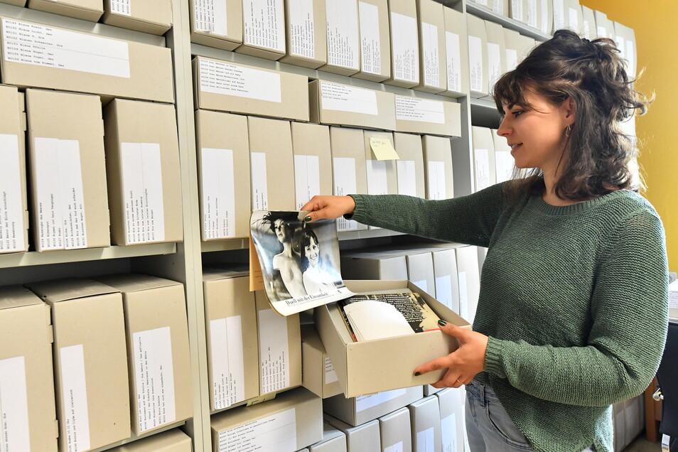 Anna-Rosa Haumann, wissenschaftliche Mitarbeiterin, betrachtet an der Uni Erfurt eine Sammlung mit Filmwerbung der DDR, die aus rund 100.000 Plakaten, Fotos und Dias besteht.
