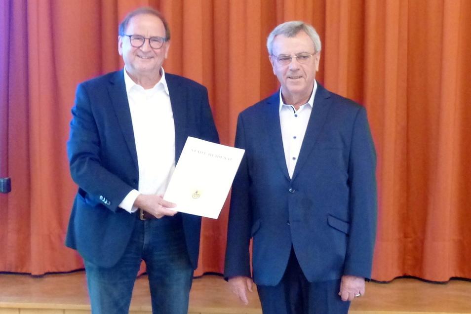 Werner Guder (r.) erhielt zur Juni-Stadtratssitzung von Bürgermeister Jürgen Opitz (CDU) die Urkunde als Heidenauer Ehrenamtspreisträger dieses Jahres.