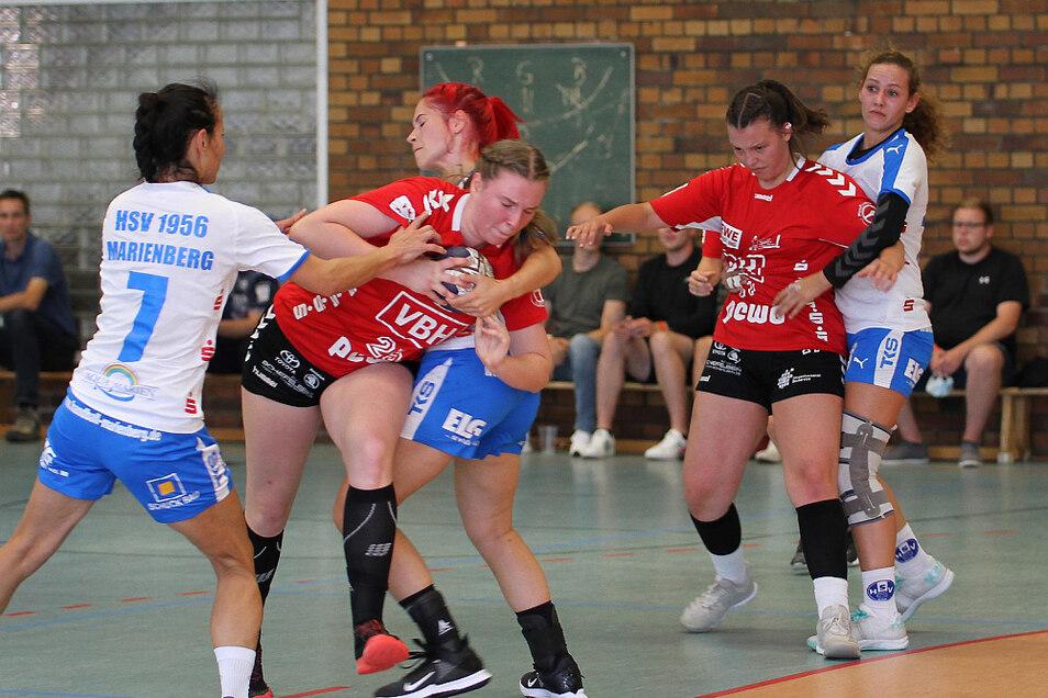 Da konnten die weiß-blauen Marienbergerinnen noch so sehr versuchen, zu blocken: Hoyerswerdas Betty Kulke (links / in Rot) war nicht zu stoppen.