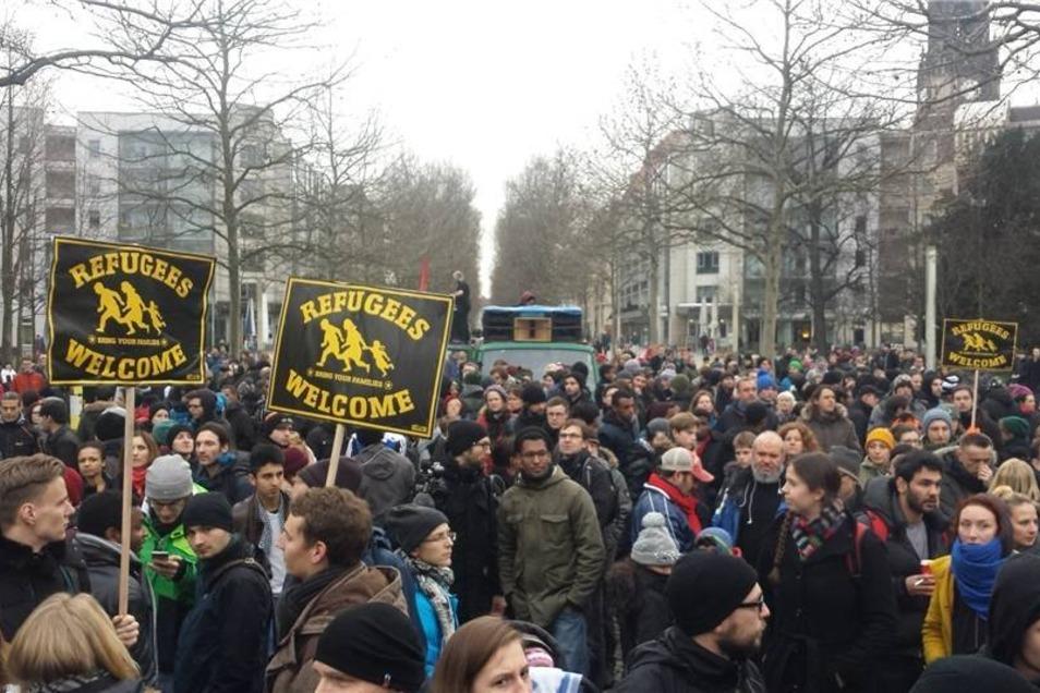Die Demonstrationsgruppe versammelte sich gegen 15 Uhr und ging anschließend friedlich an der Polizeidirektion und der Frauenkirche vorbei. Endpunkt war der Landtag.