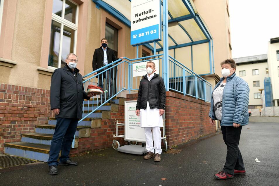 Stollen und Kaffee für die Mitarbeiter im Gesundheitswesen verteilte am 24. Dezember Kreisdezernent Thomas Gampe (links). Unter anderem war er in Zittau an der Notaufnahme unterwegs, hier mit Chefarzt Dr. Bernd Rehnisch und Pflegeleitung Martina Helle.