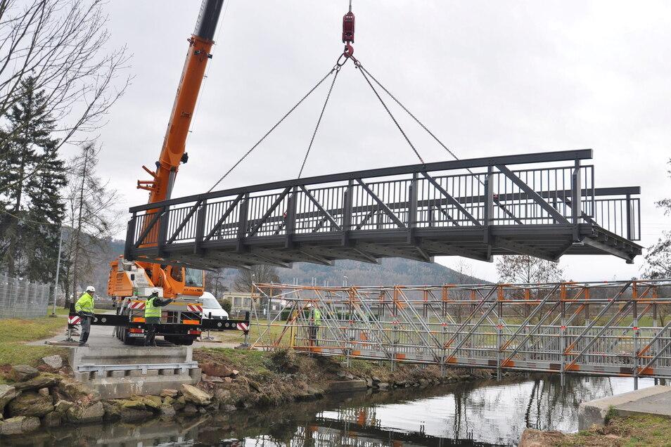 Ein Kran entfernt die neue Brücke über die Erf wieder, nachdem sich herausgestellt hat, dass einer der Aufleger zu nicht hoch genug ist.