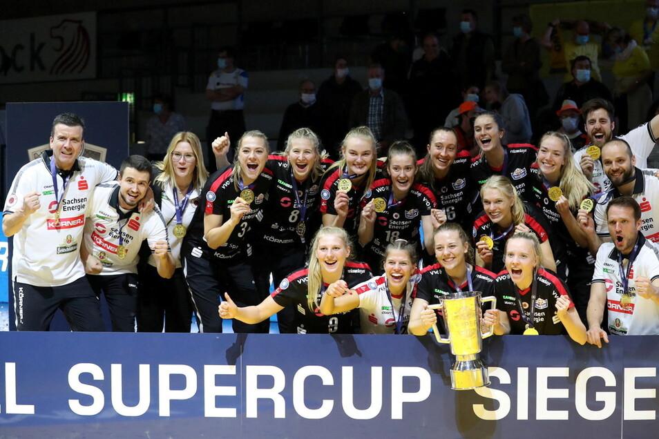 Da sind sie, Dresdens strahlende Supercup-Siegerinnen mit ihrem Trainer- und Betreuerteam. Zum zweiten Mal holen die DSC-Volleyballerinnen diesen Titel.