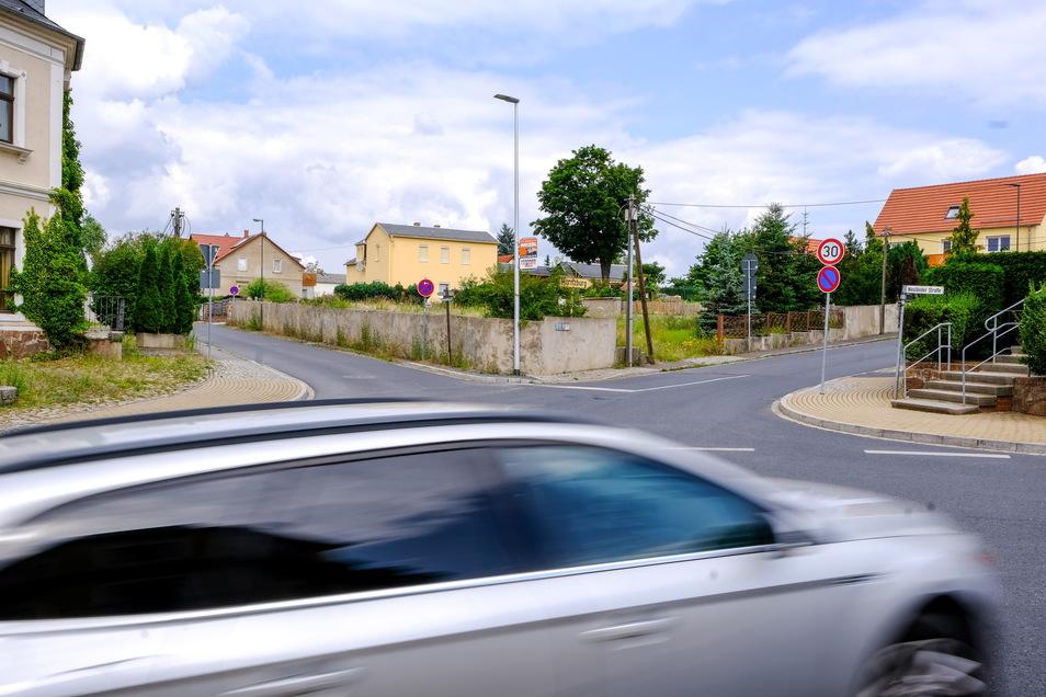 Der Blick in Kreyernweg (l.) und Moritzburger Straße zeigt, dass die Mauer des Eckgrundstücks sehr dicht an der Fahrbahn steht.