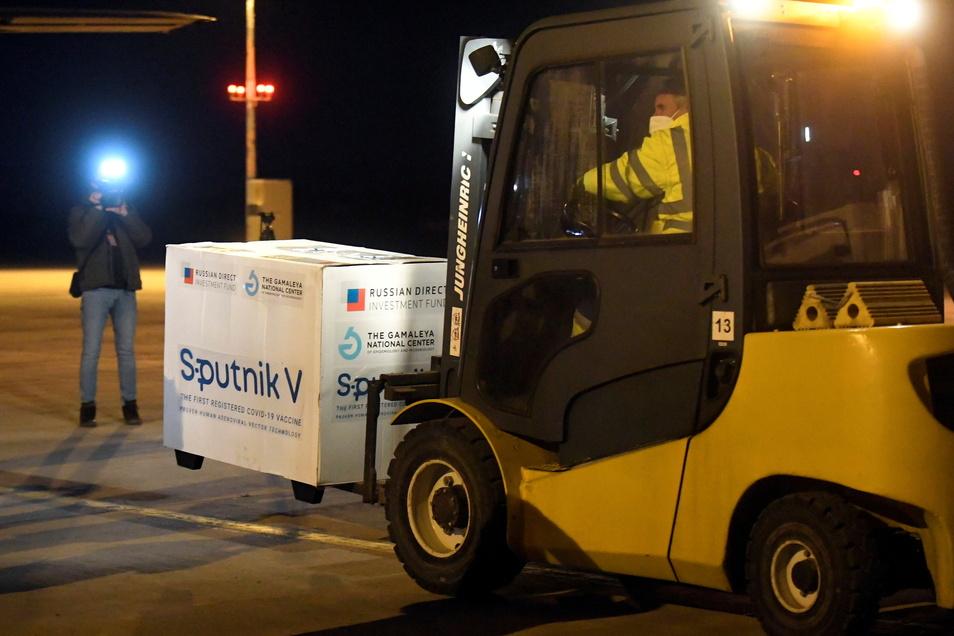 Kisten der ersten Lieferung des russischen Impfstoffes Sputnik V werden am Flughafen Kosice in der Slowakei ausgeladen.