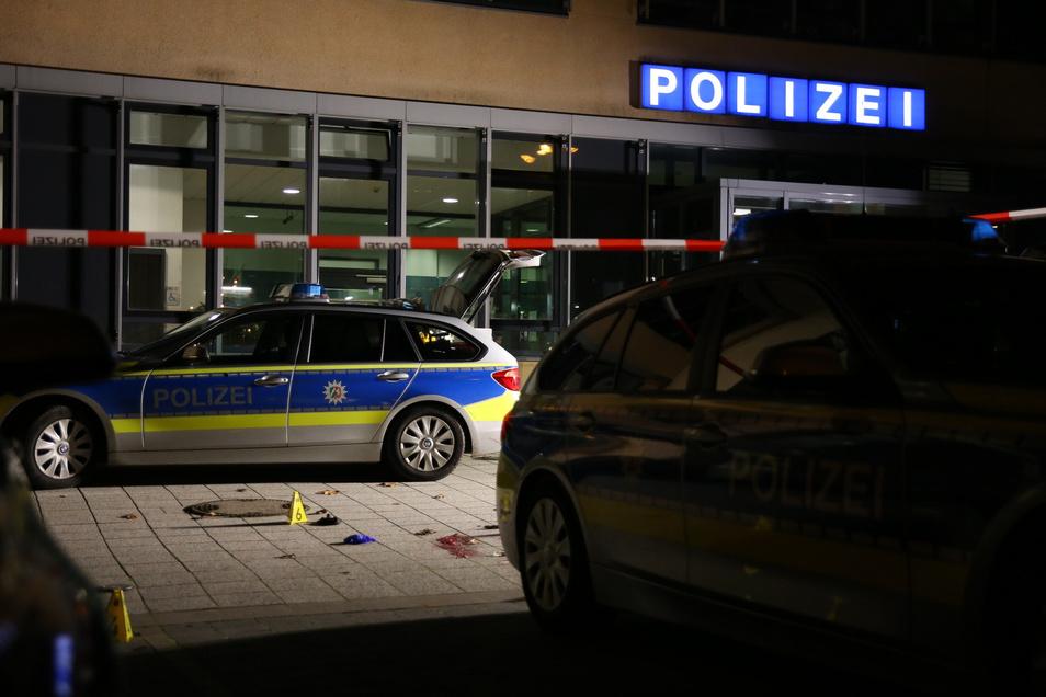 """Mit dem Ruf """"Allahu akbar"""" (Gott ist groß) und einem Messer in der Hand hat ein 37-jähriger Türke in Gelsenkirchen vor einer Wache randaliert und zwei Polizisten angegriffen, bevor er erschossen wurde."""