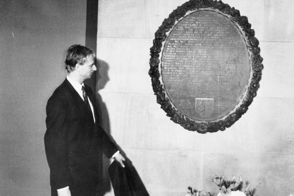 Elf Jahre lang war Herbert Wagner Oberbürgermeister von Dresden. Hier enthüllt er 1992 eine Bronzetafel im Rathaus.