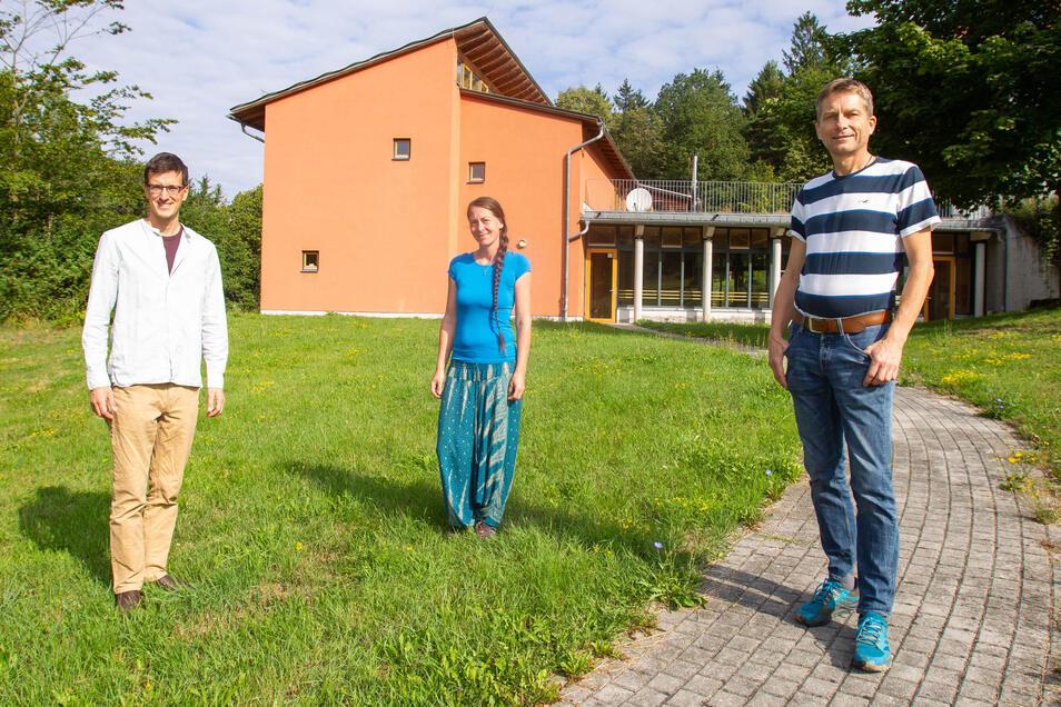 Erstmal noch ohne Schüler - die Mitinitiatoren der neuen Freien Schule in Langenhennersdorf: Johannes Dietrich (l.), Ines Ulrichsohn und Derk Kerger.