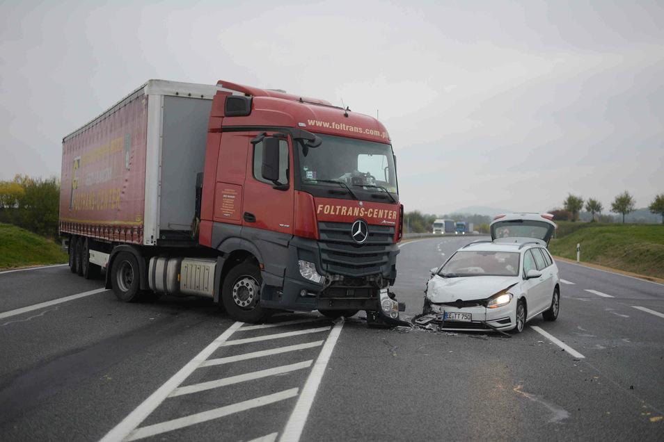 Ein Lkw kollidierte am Freitagmorgen auf der B178n in Löbau mit einem Pkw.
