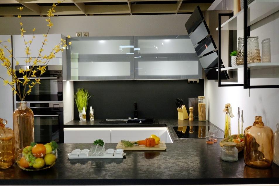 Grifflose Schränke, Kopf-frei-Abzugshauben und internetfähige Geräte: Im Möbelhaus Hülsbusch finden Kunden moderne Küchenzeilen ebenso wie traditionelle Küchenmöbel.