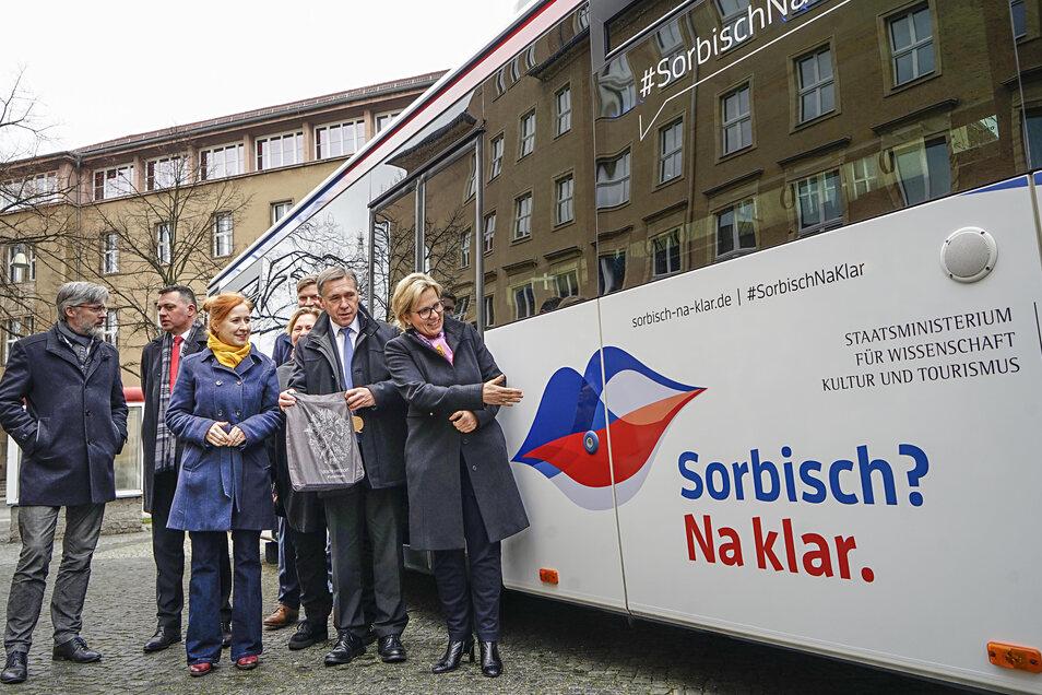 Landtagsabgeordneter Aloysius Mikwauschk (CDU, 2.v.r.) und Kulturministerin Barbara Klepsch (CDU) präsentierten am Donnerstag den Slogan der neuen Kampagne.