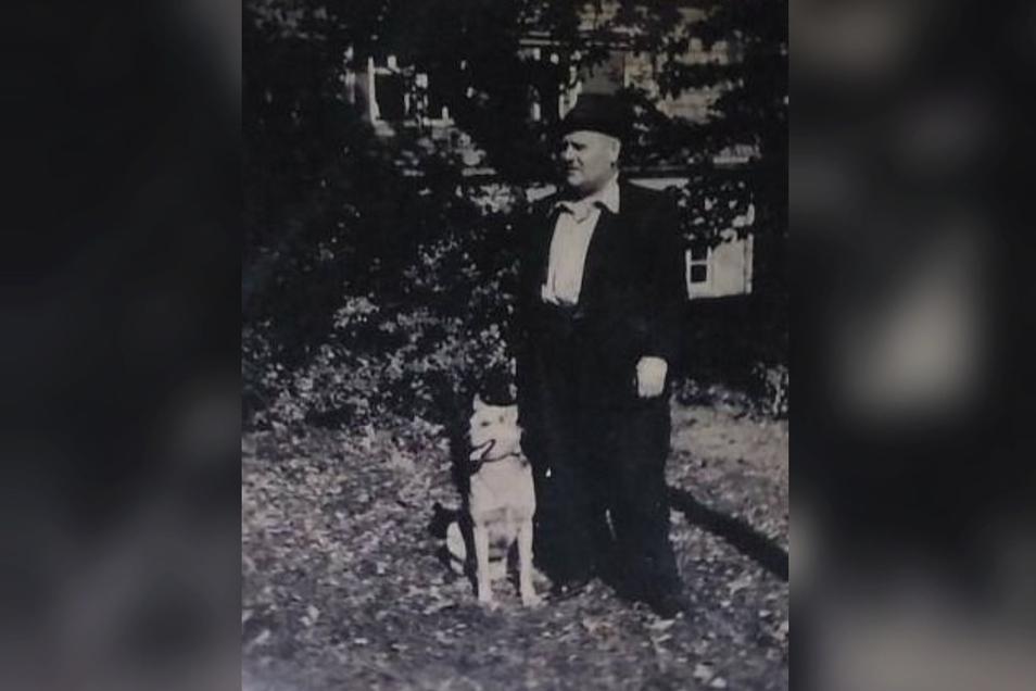 Der ehemalige Baudenpächter Alfred Lindner mit dem Familienhund.