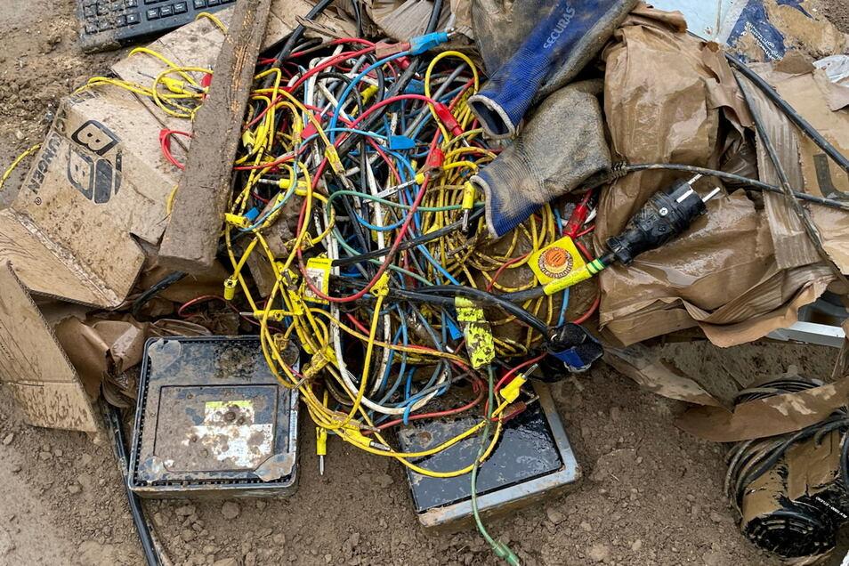 Nur noch Schrott sind Computersysteme und Ausrüstungen von Fachkabinetten.