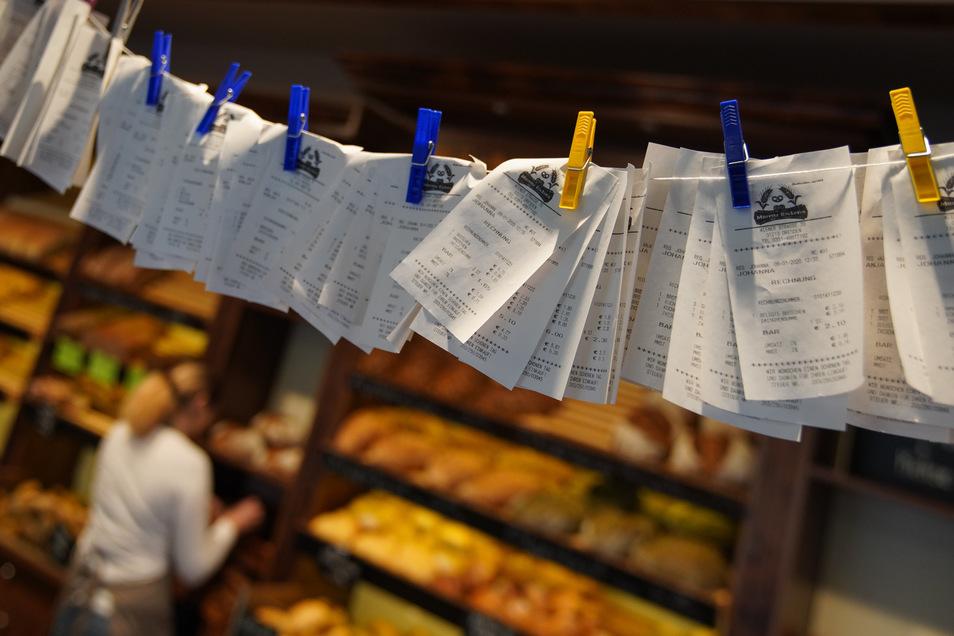 Seitdem die Bonpflicht gilt, herrscht in Dresdens Bäckereien eine regelrechte Kassenzettel-Flut.