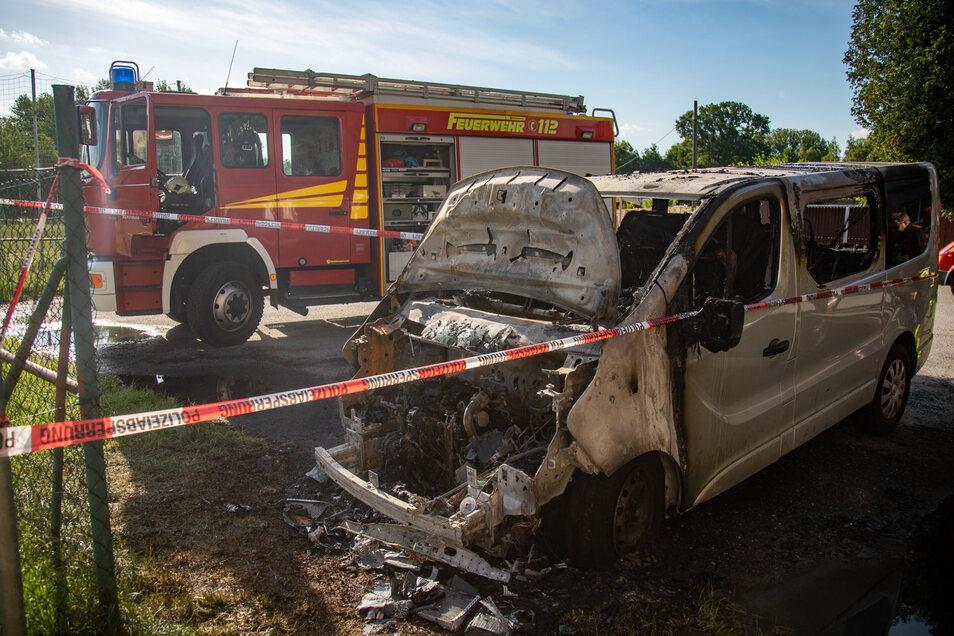 Der Kleinbus, der in der Nacht zu Dienstag in Bischofswerda brannte, ist nur noch Schrott.