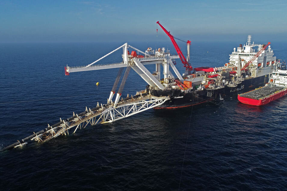 """Das Verlegeschiff """"Audacia"""" des Offshore-Dienstleisters Allseas verlegt in der Ostsee vor der Insel Rügen Rohre für die Gaspipeline Nord Stream 2 (Foto vom 15. November 2018)."""