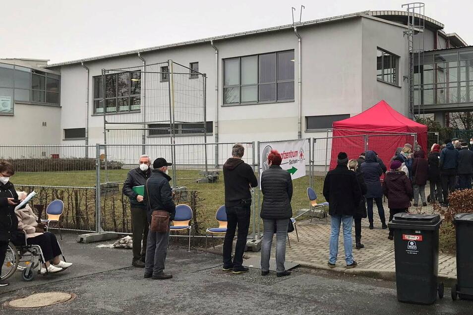 Über zwei Stunden mussten Senioren am vorigen Freitag in einer langen Schlange am Impfzentrum für den Kreis Bautzen in Kamenz warten.