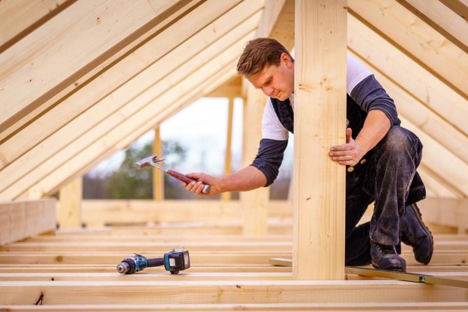 Benjamin Konkol ist Meister im Zimmererhandwerk und schafft anspruchsvolle Holzkonstruktionen.