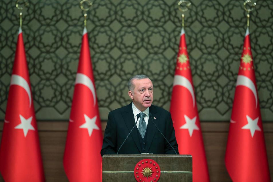 Recep Tayyip Erdogan, Präsident der Türkei, darf Truppen nach Libyen schicken. So hat es das türkisches Parlament am Donnerstag entschieden.