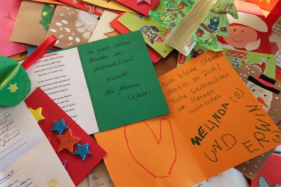 Unzählige Weihnachtskarten warten auf Menschen, die sich an ihnen erfreuen können.