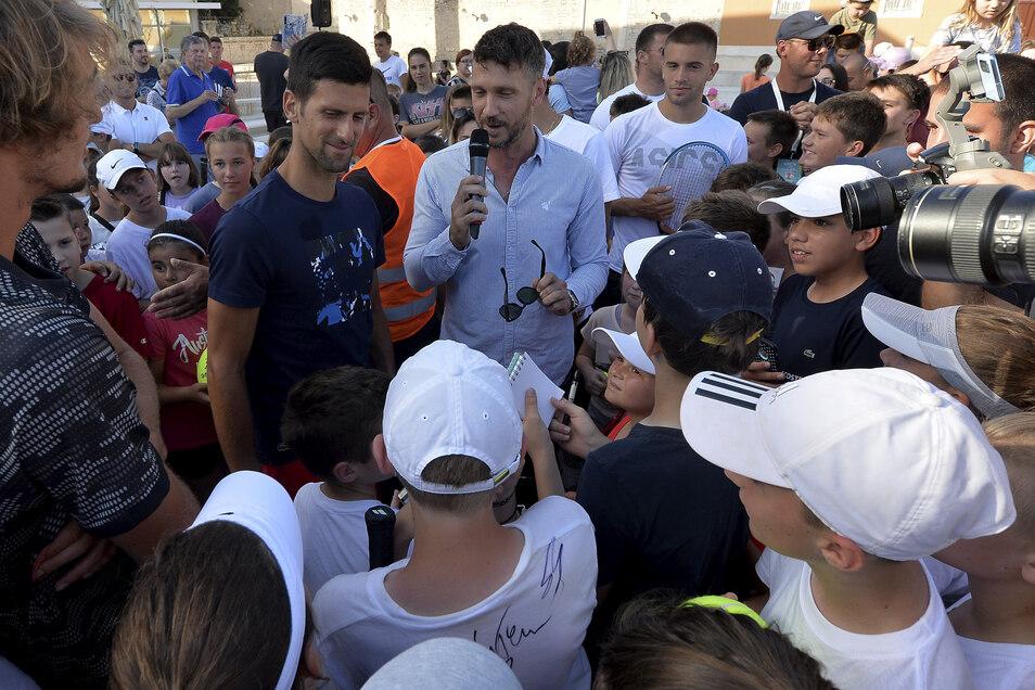 Von wegen Abstand: Der Tennis-Weltranglisten-Erste Novak Djokovic spricht in Zadar mit  Kindern.