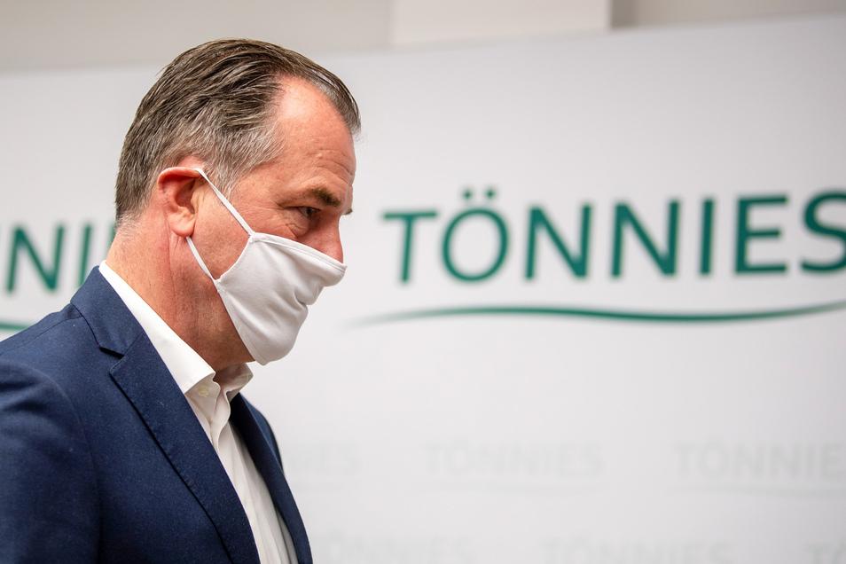 Clemens Tönnies ist geschäftsführender Gesellschafter bei Deutschlands größtem Schlachtbetrieb. Das Unternehmen geht bislang davon aus, dass Beschäftigte das Virus etwa aus Heimaturlauben in Osteuropa mitgebracht haben könnten.