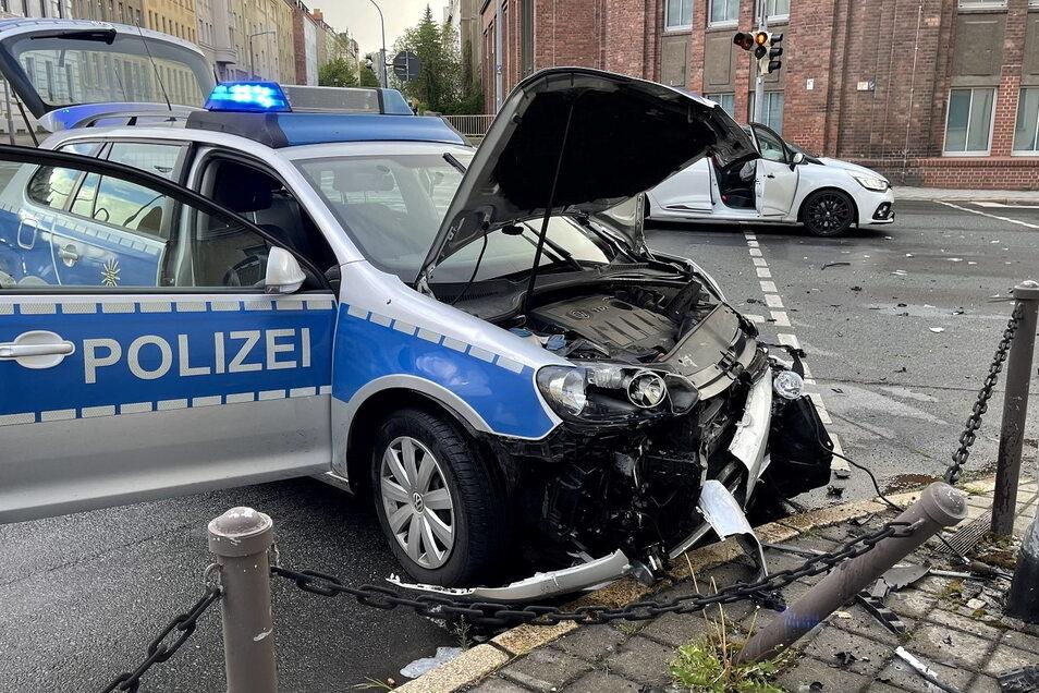 Der Polizeiwagen und auch der Renault waren nicht mehr fahrbereit.
