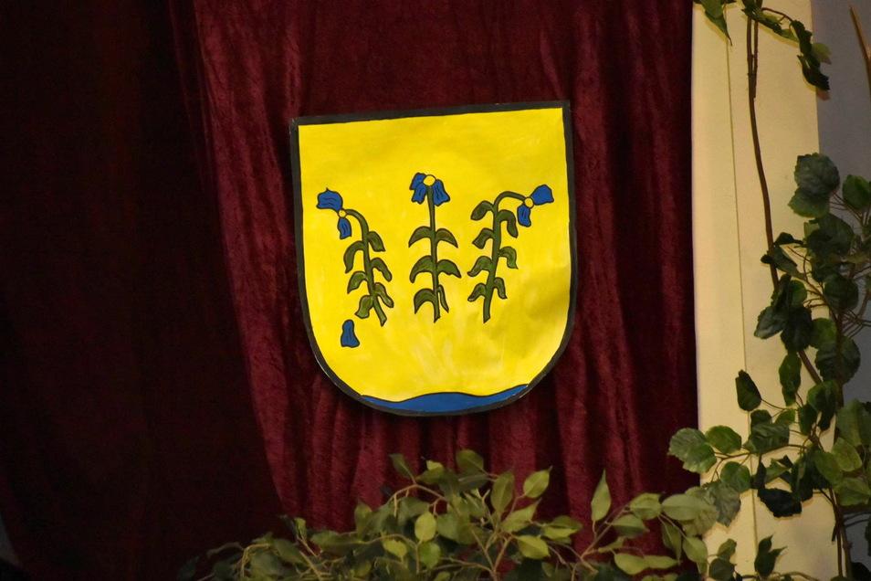 Hier war das Pretzschendorfer Wappen bei einer Einwohnerversammlung im Kulturhaus zu sehen. Die Darstellung mit den drei Flachsblüten darf aber nicht jeder nach Belieben verwenden.