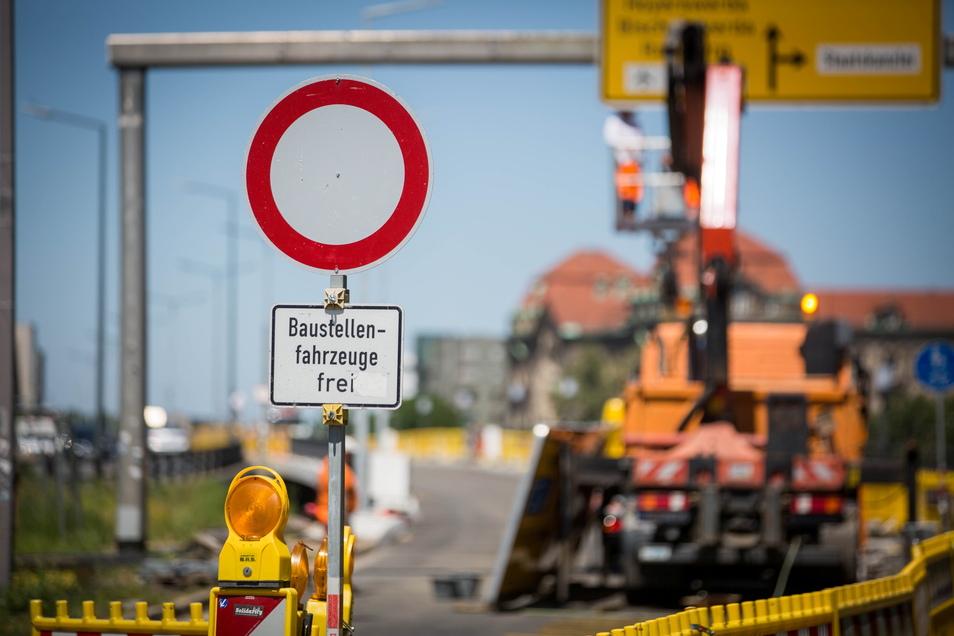 Ab kommendem Montag dürfen wieder Autos über den östlichen Brückenteil der Carolabrücke in Richtung Neustadt rollen.