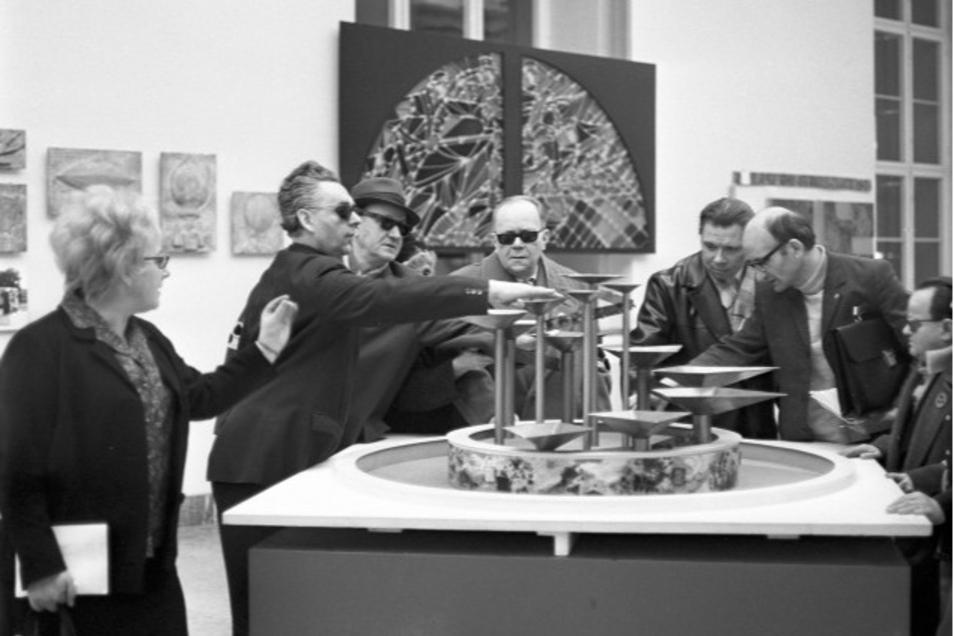 """Kultur für alle: Eine Kuratorin führt Mitglieder der Blindenbrigade """"Louis Braille"""" des VEB Elektro-Apparate-Werke Berlin-Treptow """"Friedrich Ebert"""" im Januar 1970 durch eine Kunstaustellung."""