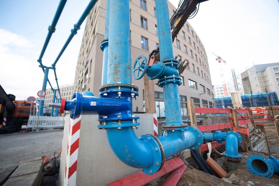 Über blaue Hochleitungen wird das Grundwasseer aus der Baugrube abgepumpt.