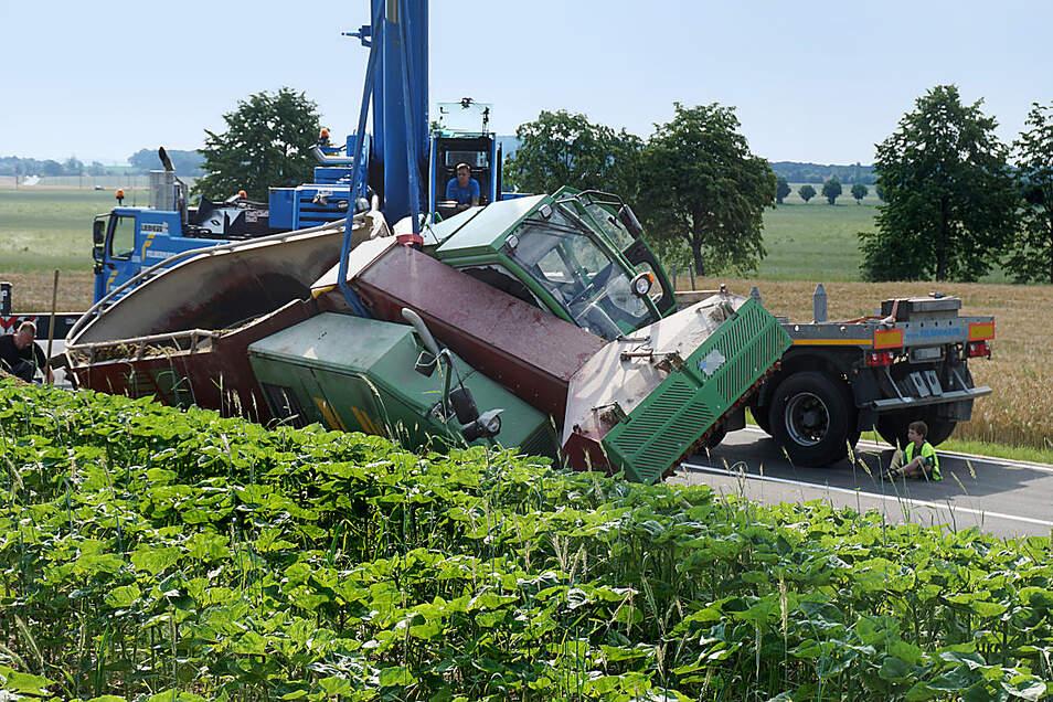 Schlagseite am Abzweig Nechern: Aus ungeklärter Ursache war der Fahrer eines landwirtschaftlichen Fahrzeuges am Sonnabendmorgen von der Weißenberger Straße abgekommen.