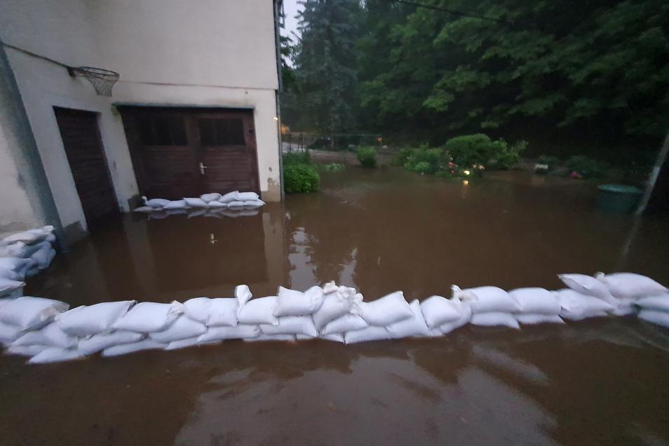 Binnen kurzer Zeit stehen einige Grundstücke entlang der Sebnitz unter Wasser. Bis 22 Uhr stieg der Pegel immer weiter an.