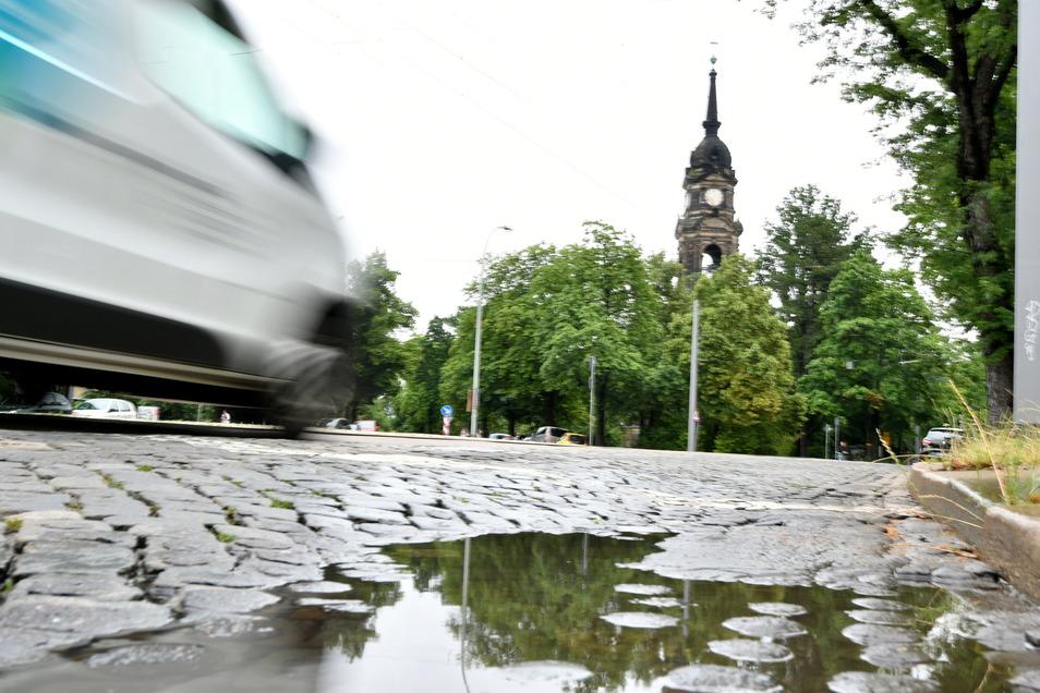 In Höhe der Trinitatiskirche ist die Gerokstraße in besonders schlimmem Zustand.