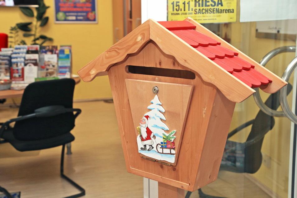 Weihnachtsbriefkasten in der Riesa-Information. In diesem Jahr gingen rund 70 Briefe an den Weihnachtsmann ein, die allesamt beantwortet wurden.